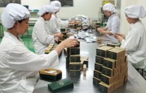 Con người trong sản xuất mỹ phẩm